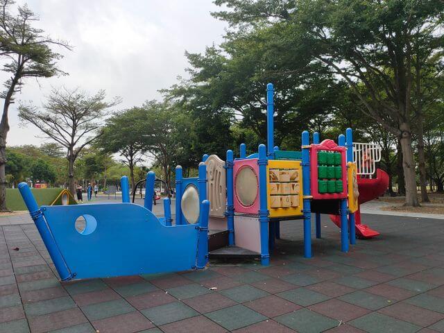 水萍塭公園海盜船溜滑梯